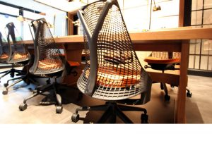 沖縄のレンタルオフィスhowliveでは、ハーマンミラーのセイルチェアーを使っています。