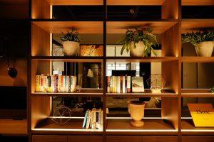 ライブラリには最新のビジネス書、技術書、デザインブックなどを揃えています。