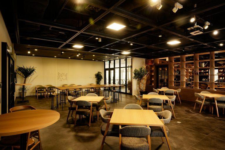 【タイムスビル店】カフェギャラリーエリア。専有イベントがない時は、お客様との打ち合わせなどにご利用頂けます。