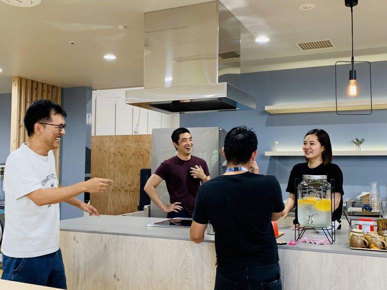 カフェエリアで入居者様同士の情報交換も頻繁に行われます。