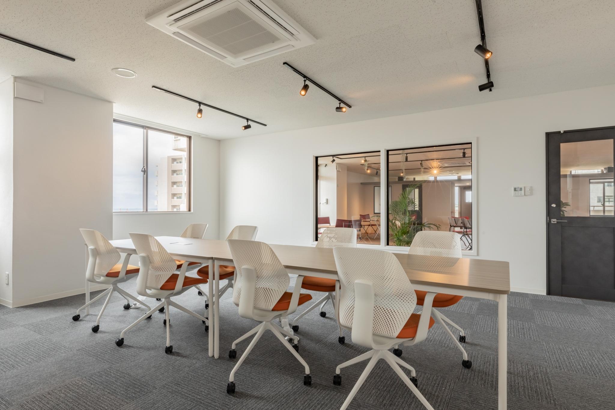 宮古島でセミナー・研修・イベントで会議室をお探しの方は、コワーキングスペース・シェアオフィスhowlive宮古島へ!